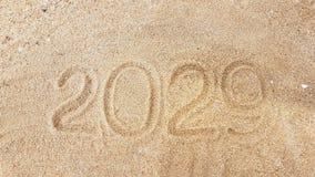 La escritura del año en la arena de oro con shellsea Imagen de archivo