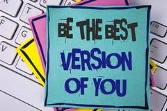 La escritura del texto de la escritura sea la mejor versión de usted Se inspire que se consiga mejor y se motiva al significado d imágenes de archivo libres de regalías
