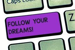 La escritura del texto de la escritura sigue sus sueños El significado del concepto le conduce encendido en su futuro elegido tra imagen de archivo
