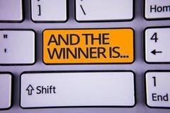 La escritura del texto de la escritura y el ganador es El significado del concepto que anuncia como primero coloca en polishe del foto de archivo libre de regalías