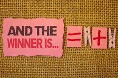 La escritura del texto de la escritura y el ganador es El significado del concepto que anuncia como primero coloca en sacos del y imagen de archivo libre de regalías