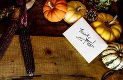 La escritura feliz de la tarjeta del día de la acción de gracias le agradece con el espacio de la copia Fotografía de archivo libre de regalías