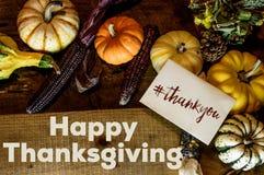 La escritura feliz de la tarjeta del día de la acción de gracias le agradece con imagen social de la parte del hashtag Fotografía de archivo