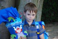 La escuela comienza, muchacho en su primer día en la escuela imagenes de archivo