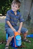 La escuela comienza, muchacho en su primer día en la escuela fotos de archivo