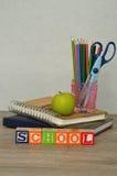 La escuela de la palabra deletreó con los bloques coloridos del alfabeto exhibidos Fotos de archivo