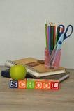 La escuela de la palabra deletreó con los bloques coloridos del alfabeto exhibidos Imágenes de archivo libres de regalías