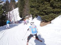 La escuela del esquí embroma maniobra en un camino helado Foto de archivo