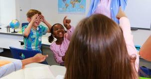La escuela embroma al profesor irritante en sala de clase almacen de video