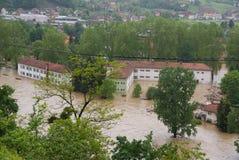 La escuela en una pequeña ciudad durante las inundaciones Fotografía de archivo
