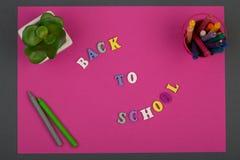 La escuela fijó con el papel, el texto y x22 rosados; De nuevo al school& x22; de letras y de creyones de madera Imágenes de archivo libres de regalías