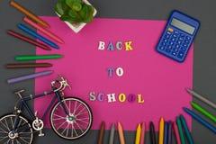 La escuela fijó con el papel, el texto y x22 rosados; De nuevo al school& x22; de letras de madera, modelo de la bicicleta, calcu Imágenes de archivo libres de regalías