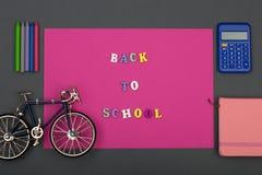 La escuela fijó con el papel, el texto y x22 rosados; De nuevo al school& x22; de letras de madera, modelo de la bicicleta, calcu Imagen de archivo libre de regalías