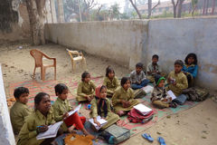 La escuela rural india embroma afuera Imagen de archivo