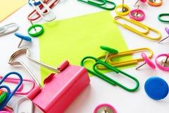 La escuela y los materiales de oficina empapelan los clips, pernos, notas, etiquetas engomadas en el fondo blanco fotografía de archivo