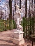 La escultura Ceres en el jardín del verano del parque en abril antes del st Fotografía de archivo