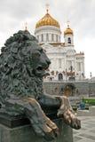 La escultura de bronce de un león es una parte del monumento al zar ruso Alejandro II, situada cerca de la catedral de Cristo el  Fotografía de archivo libre de regalías