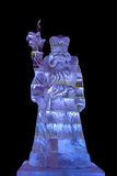 La escultura de hielo de Santa Claus aisló en negro Foto de archivo