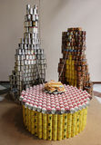 La escultura de la comida presentó en la 21ra competencia anual de NYC Canstruction en Nueva York Fotos de archivo libres de regalías