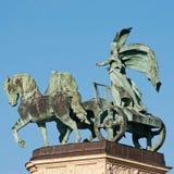 La escultura de la mujer en el carro de los héroes ajusta en Budapest Foto de archivo