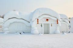 La escultura de nieve - casa popular blanca Foto de archivo