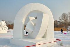 La escultura de nieve - figura geométrica Fotos de archivo