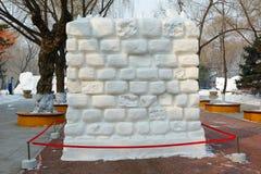 La escultura de nieve - pared Imagenes de archivo