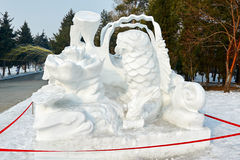 La escultura de nieve - pescados y loto Imagenes de archivo