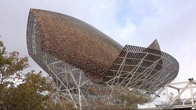La escultura de oro de los pescados de Frank Gehry en Barcelona - EL Peix almacen de metraje de vídeo