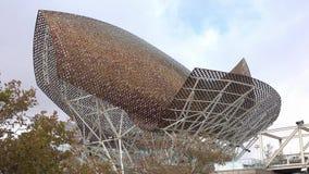 La escultura de oro de los pescados de Frank Gehry en Barcelona - EL Peix almacen de video