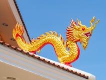 La escultura de oro del dragón Imagen de archivo
