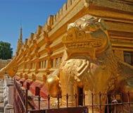 La escultura de oro del guarda del león foto de archivo