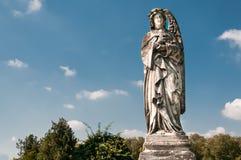 La escultura de un ángel con la cruz Imagen de archivo libre de regalías