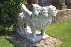 La escultura de una bestia o un león con cuatro cabezas y alas en el jardín italiano de Hever se escuda en Inglaterra Imagenes de archivo