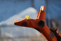 La escultura de una jirafa de madera divertida se coloca en el jardín para la decoración Fotografía de archivo libre de regalías