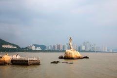 La escultura de Zhuhai Fisher Girl de la costa del camino de los amantes de Zhuhai tiene gusto imagenes de archivo