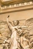 La escultura del ángel con las alas para arriba se cierra Imagen de archivo