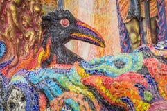 La escultura del cuervo fue adornada con la teja esmaltada delante del sa Imagenes de archivo