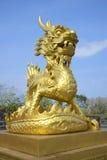 La escultura del dragón de oro en la ciudad púrpura imperial Tonalidad, Vietnam Fotografía de archivo