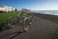 La escultura del metal de un coche temprano conmemora la raza del motor del ` s primer del mundo en el Bexhill-en-mar en Sussex d imagenes de archivo