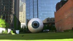 La escultura del ojo en Dallas Texas céntrico almacen de metraje de vídeo