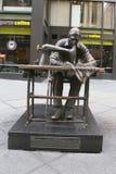 La escultura del trabajador de ropa de Judith Weller en el distrito de la moda en Manhattan Imágenes de archivo libres de regalías