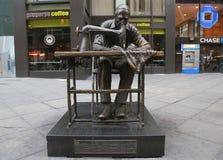 La escultura del trabajador de ropa de Judith Weller en el distrito de la moda en Manhattan Fotos de archivo libres de regalías