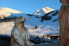 La escultura en el animal de madera con el esquí del fondo se inclina en Sestriere, Piamonte Fotografía de archivo libre de regalías