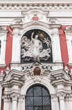 La escultura en la fachada de la iglesia Imagen de archivo libre de regalías