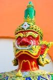 La escultura es un guerrero formidable en el templo Imagen de archivo libre de regalías