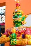 La escultura es un guerrero formidable en el templo Fotos de archivo libres de regalías