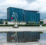 La escultura forjada de un hombre con el corazón reflejó en agua Imagen de archivo