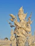 La escultura masculina de la deidad del arte en el rongkhun blanco de Wat del templo. Foto de archivo