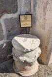 La escultura o los bloques de mármol romanos en Bodrum se escuda imagen de archivo